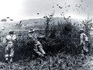 Vojáci sledují francouské parašutisty při výsadku v bitvě u Dien Bien Phu.