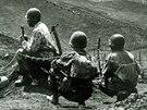 Francouzští vojáci sledují postavení Vietnamců při bitvě u Dien Bien Phu (1954).