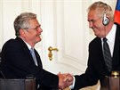 Německý prezident Joachim Gauck se svým protějškem Milošem Zemanem v závěru...