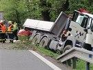 Nákladní vůz skončil v příkopě, při vyhýbání stejně dopadl i osobní automobil...