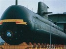 Spouštění ponorky HMAS Collins na vodu. To co vypadá jako pláty obšívky lodního...
