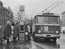 Zastávka Centrál na třídě Karla IV. s vozem Škoda 9Tr2 č. 87 (fotografie z...