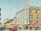 """Pod """"Skleněnou věží"""" na rohu Dukelské a Hořické ulice projíždí trolejbus Škoda..."""