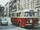 Trolejbus Škoda 8Tr11 č. 83 odbočuje u Adalbertina do Divišovy ulice v roce...