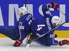 FRANCOUZI NARAZILI. Kanaďan Cody Hodgson uniká po srážce dvou francouzských...