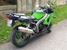 Motocyklista cht�l uprchnout policist�m p�es �eku. Speci�ln� motocyklov� od�v...