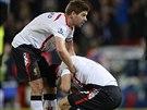 Liverpoolsk� kapit�n Steven Gerrard (vlevo) ut�uje Luise Su�reze po z�pase na...
