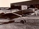 Povstalecké Arado Ar 396 s nouzově namalovanými československými znaky přes německé kříže. Areál Avie s továrním letištěm.
