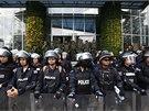 Demonstranti zamířili i k budově místní televizní stanice. (9. května 2014)