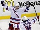 Derick Brassard  a Mats Zuccarello z New York Rangers se radují z gólu.