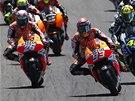 Marc Márquez vede na okruhu v Jerezu v závodu MotoGP, stíhá ho Dani Pedrosa