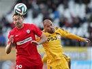 Jihlavský Michal Vepřek prohrává v hlavičkovém souboji, míč má na hlavě Karel
