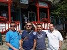 Robert Plant, zpěvák kapely Led Zeppelin (druhý zleva), při návštěvě chaty...