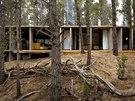 Přízemní stavba z pohledového betonu vyrůstá z mírně svažitého terénu a zdálky