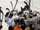 Hokejist� Los Angeles se raduj� z rozhoduj�c�ho g�lu Mari�na G�bor�ka.