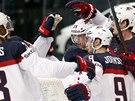 Američtí hokejisté se radují z gólu v duelu s Běloruskem.