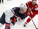 Americký hokejista  Jacob Trouba se snaží uniknout Alexeji Kalužnému z týmu...