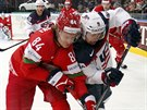 Američan Tyler Johnson (vpravo) v souboji s Bělorusem Michailem Grabovským.