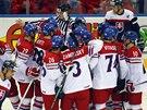 Čeští hokejisté se radují z vítězství nad Slovenskem.