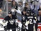 Hokejisté Pittsburghu slaví gól Jussiho Jokinena (druhý zleva).