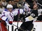 Marc Staal (18) z New York Rangers ude�il do obli�eje Sidneyho Crosbyho z...