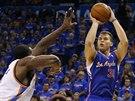 Blake Griffin (vpravo) z LA Clippers zakončuje na koš Oklahoma City,  Kendrick...