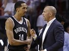 Shaun Livingston z Brooklynu debatuje se sv�m tren�rem Jasonem Kiddem.