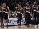 Basketbalist�m Portlandu ut�k� s�rie se San Antoniem. Zleva LaMarcus Aldridge,...