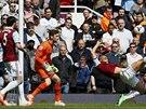 POKUS O NŮŽKY. Winston Reid z West Hamu zkouší překonat gólmana Tottenhamu Huga...