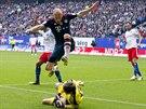 NA MĚ SI NEPŘIJDEŠ. Brankář Hamburku René Adler (na zemi ve žlutém) tlumí míč...