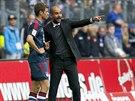 MUSÍŠ TO HRÁT TAKHLE. Kouč Bayernu Mnichov Pep Guardiola (vpravo) uděluje...