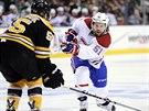 Centr Montrealu David Desharnais střílí na branku Bostonu, ránu se snaží...