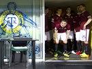 TAK KDY MŮŽEME ZPÁTKY? Sparťanští fotbalisté čekají v tunelu, až je rozhodčí...