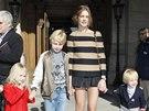 Topmodelka Natalia Vodianova se svými dětmi. Perfektní červený kabátek,