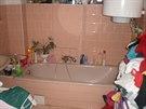 P�vodn� vzhled koupelny. Obklady majitel� zachovali.