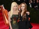 Donatella Versace a její dcera Allegra Beck Versace (New York, 5. května 2014)
