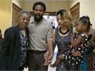 """Cornealious """"Mike"""" Anderson se svojí manželkou, dcerou a babičkou (5. 5. 2014)."""