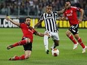 Arturo Vidal z Juventusu se žene kupředu, obětavým zákrokem se mu vrhá pod nohy