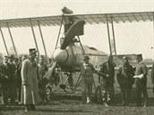 Záběr s pilotem Baarem a průmyslníkem Schichtem (napravo s bekovkou) získal...