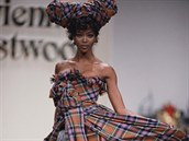 Naomi Campbellová v modelu Vivienne Westwoodové (srpen 2001)
