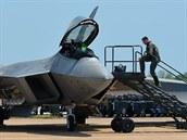 Nejvýkonější stíhací stroj současnosti - F-22 Raptor na letecké show na...
