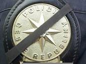Odznak českých policistů se smuteční páskou