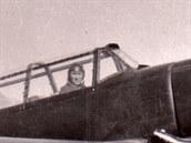 """Pilot Antonín Kraus v kokpitu povstaleckého Ar 396. """"Větrník"""" špičky vrtulového kuželu pohání mechanismus stavění úhlu náběhu vrtulových listů."""