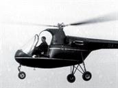 František Janča při zkušebním letu vrtulníku XE-II-E počátkem padesátých let.