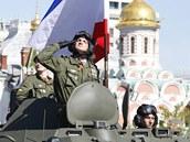 Na Rudém náměstí zavlála i krymská vlajka. (9. května 2014)