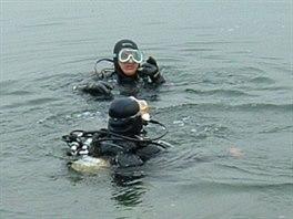 Potápěči hexakoptéru vylovili z desetimetrové hloubky.