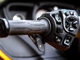 Can-am Spyder má řazení na levém řídítku, na kterém jsou i ovladače zvedání...