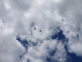 Uvítací letka nad příbramským letištěm.