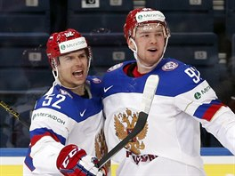 ŠAJBA. Ruští hokejisté Sergej Širokov (vlevo) a Jevgenij Kuzněcov slaví gól.