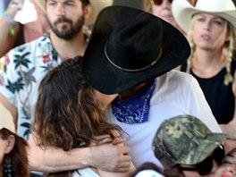 Mila Kunisová a Ashton Kutcher na country festivalu
